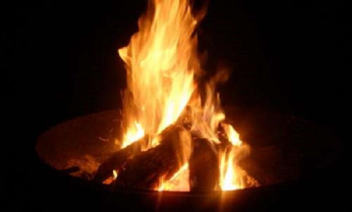 Als einfach zu transportierende Wärmequelle sind Feuerschalen quasi ein Muss für laue Sommerabende oder Gartenfeste.